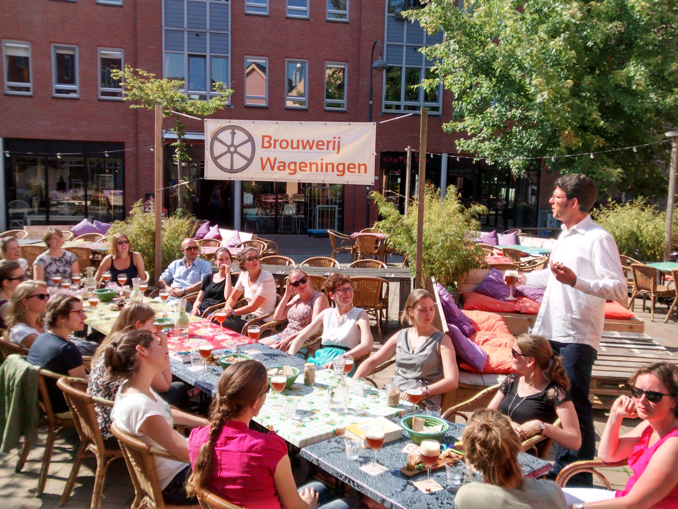 Proeverij op terras in centrum Wageningen